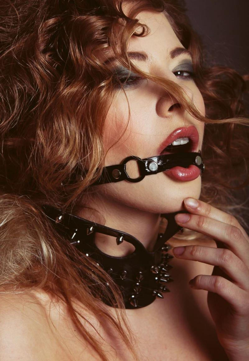бдсм девушки фото портрет красивой девушки в ошейнике с шипами и кляп перетягивающий рот