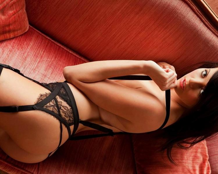 сексуальные брюнетки фото в красивом нижнем белье лежит на диване
