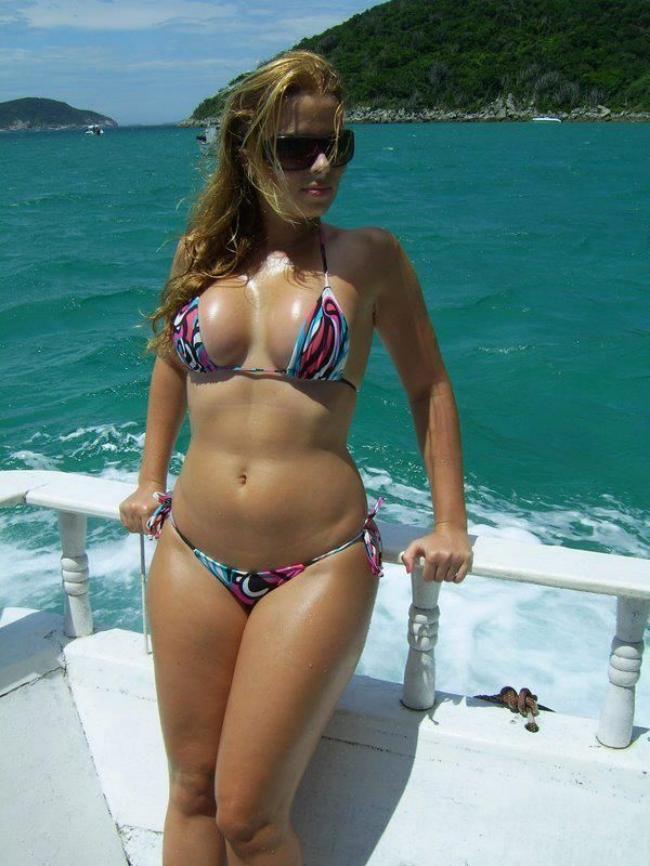 Симпатичная девушка в купальнике бикини фигура очень аппетитная