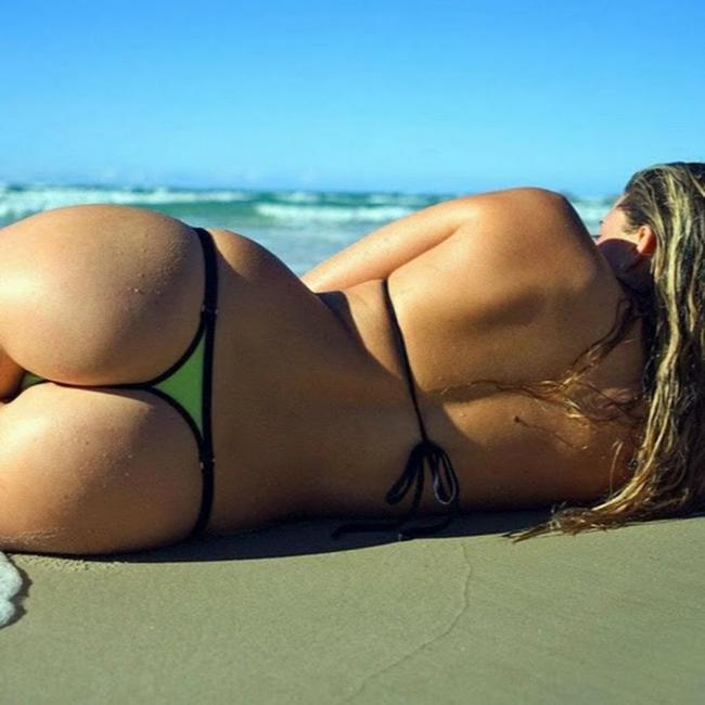 Красивые попы девушек на пляже лежит нга боку в салатовом бикини