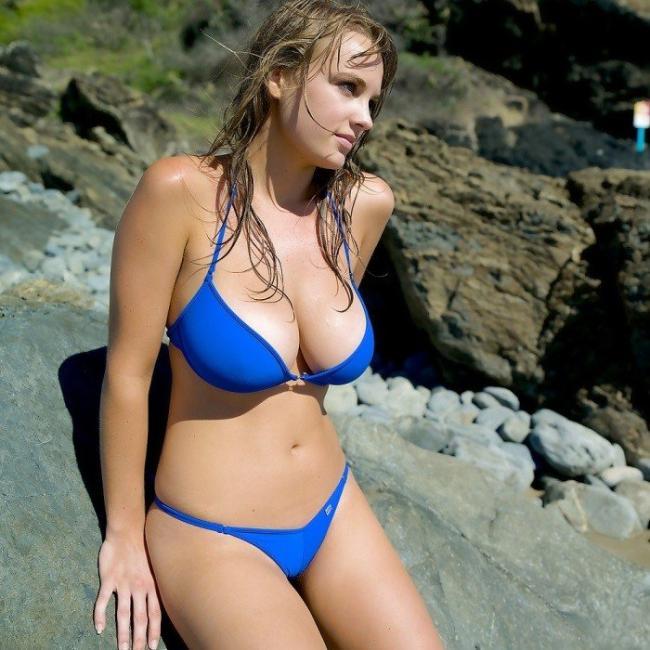 Молодые красивые девушки на пляже с большими сиськами в синем купальнике бикини