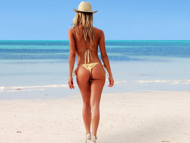 Красивые попы девушек на пляже стоит в шляпе в золотистом бикини