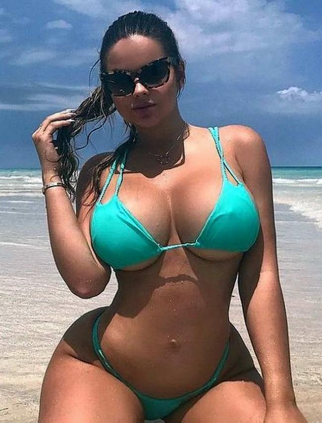 Красивые девушки на пляже сиськи и жопа что надо в светло зеленом купальнике загорелая сидит на попе