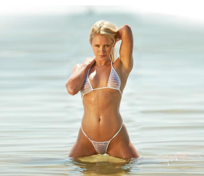 Девушки в мини купальниках блондинка в белом мокром просвечивающемся купальнике в воде раздвинув ноги