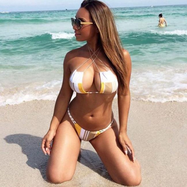 секси девушка на пляже стоит на коленях красивая большая грудь