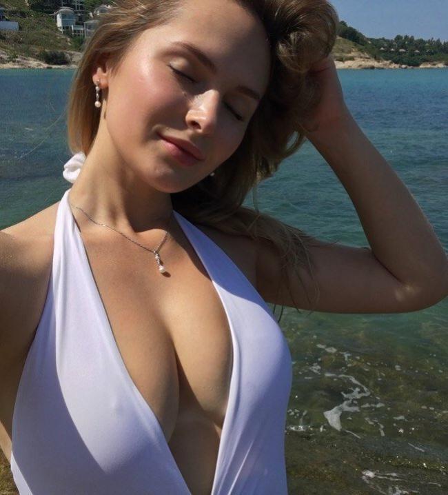 Девушки в закрытых купальниках белого цвета на фоне моря