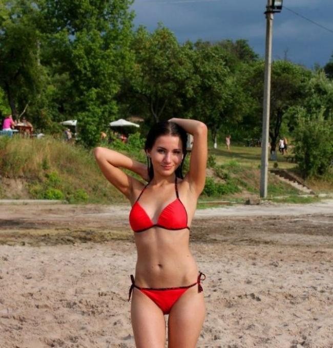 Фото девушек в купальниках молоденькая стоит на песке подняа руки за голову