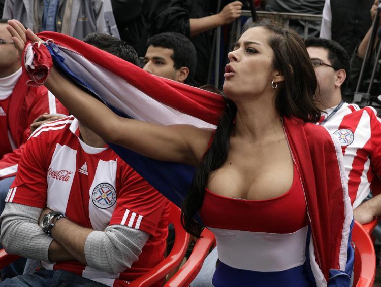 девушки группы поддержки фото брюнетки с большими сиськами в глубоком декольте