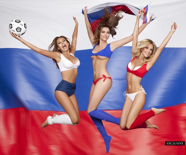группа поддержки девушки три красивые подпрыгивают девушка посередине в руках держит российский флаг