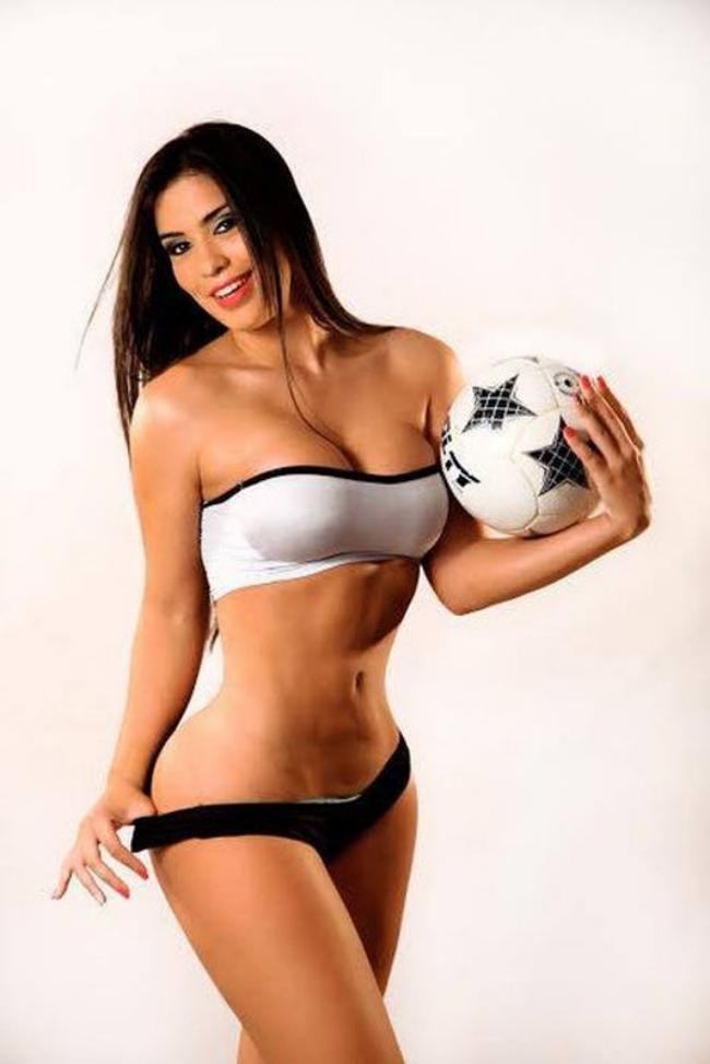 красивые девушки из группы поддержки брюнетка в сексуальном нижнем белье с мячом в руках