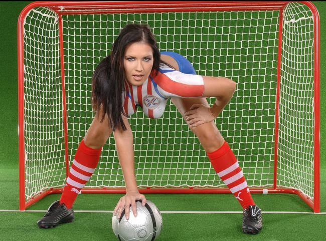 девушки группы поддержки фото стоит раком в мини воротах рукой уперлась в мяч