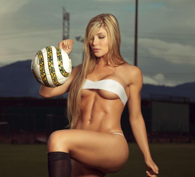красивые девушки из группы поддержки блондинка полуголая с мячом сидит