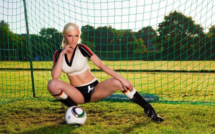 девушки группы поддержки фото в воротах на растяжке с мячом блондинка