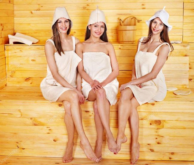 сауна фото девушек трех сидят на лавочке укутанные махровыми полотенцами, улыбаются оголяя свои стройные ножки