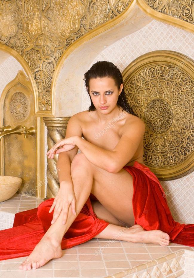 сауна голые девушки фото в турецкой бане брюнетка сидит немного прикрыта красным покрывалом