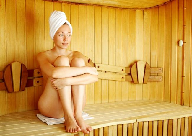 сауна голые девушки фото сидит на полке в парилке поджав ноги, на голове чалма с полотенца