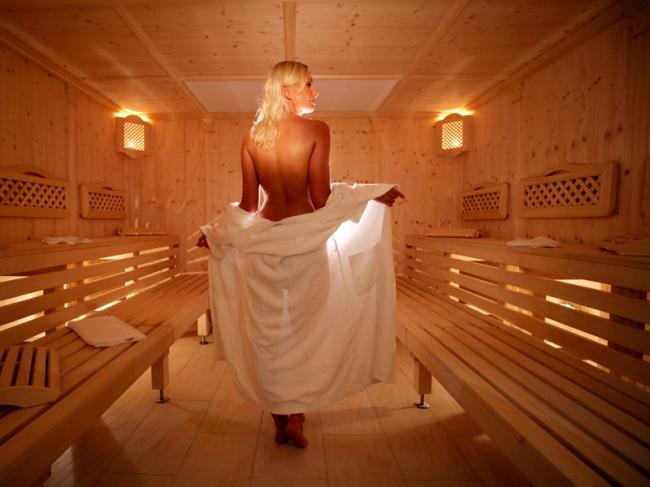 сауна фото с девушкой стоит спиной голая немного прикрывшись простыней