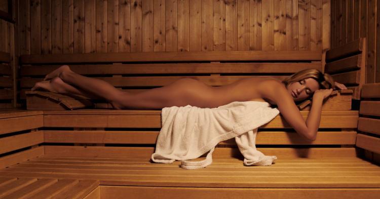 сауна голые девушки фото лежит на животе на нижней полке закрыв глаза от удовольствия