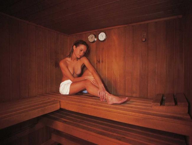 сауна голые девушки фото сидит на лавке вытянув ножки немного прикрывшись белым полотенцем, маленькая грудь
