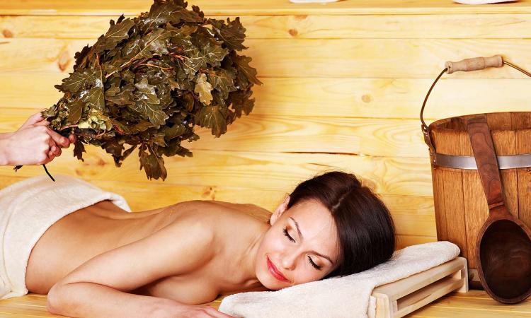 сауна фото с девушкой лежит на животе,чья то рука хлопает по спине веником,лицо довольное