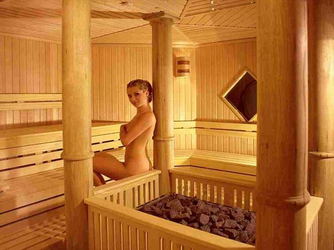 сауна голые девушки фото сидит возле горячих камней немного прикрыв сиськи