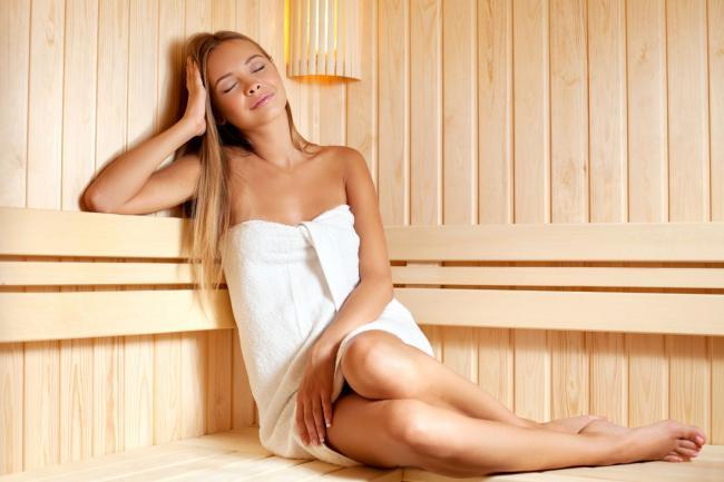сауна фото с девушкой сидит обмотана в полотенце немного подогнув ноги парится