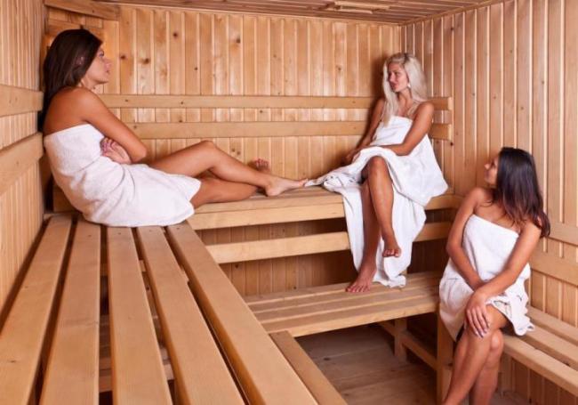 сауна фото девушек три девушки сидят обмотанные полотенцами на скамейках в бане