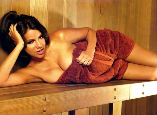 сауна фото с девушкой красивой брюнеткой лежит на боку руку подложив под голову,обмотана бордовым махровым полотенцем, ротик сексуально приоткрыт