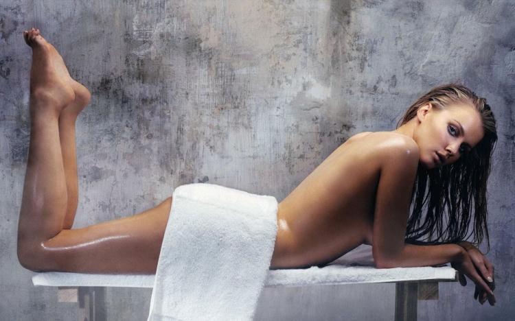 сауна фото с девушкой лежит на скамейке голая и мокрая слегка прикрыта полотенцем