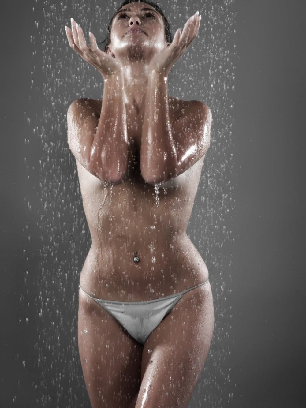 Голые девушки душ стоит подняв руки под струю вверх