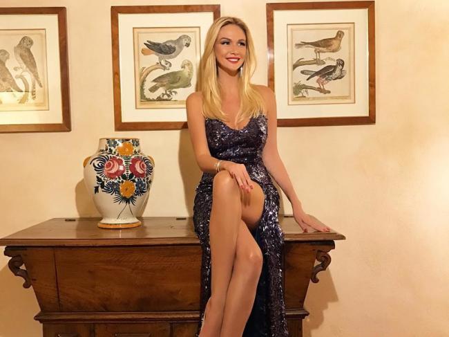 Виктория Лопырева фото в вечернем платье сидит на столе показывает свои стройные ножки