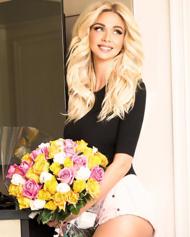 Виктория Лопырева фото с букетом желтых белых розовых роз