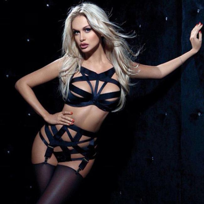 Виктория Лопырева горячие фото в черном сексуальном белье и чулках стоит приоткрыв ротик