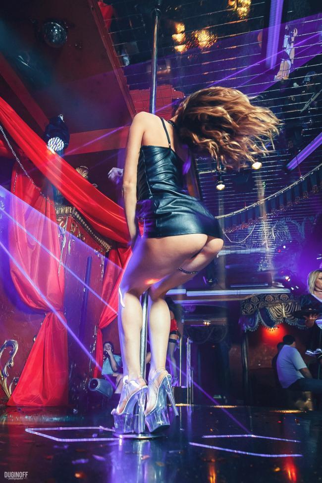 фото стриптизерш в коротком платье на высоком каблуке и платформе на шесте