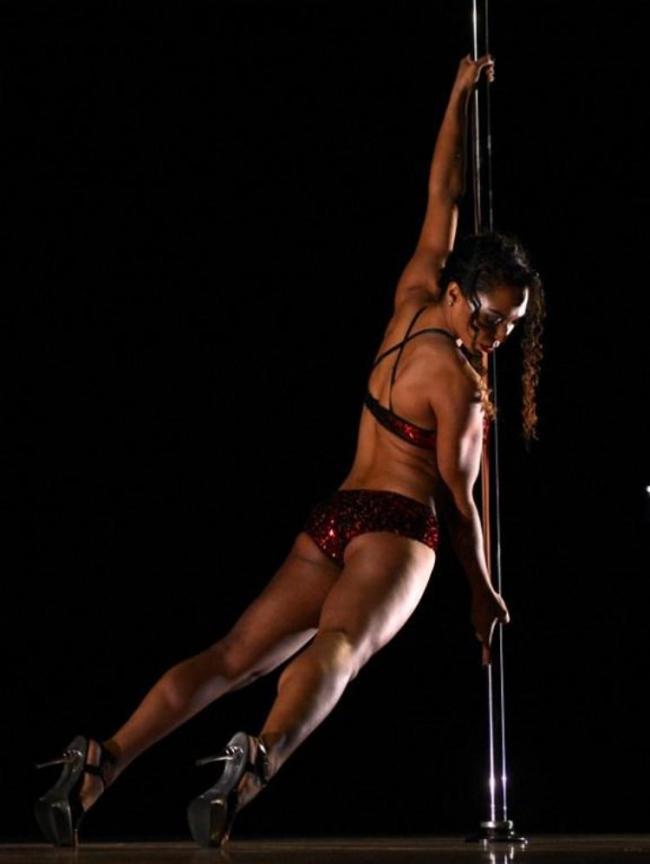 стриптизерша танцует на шесте
