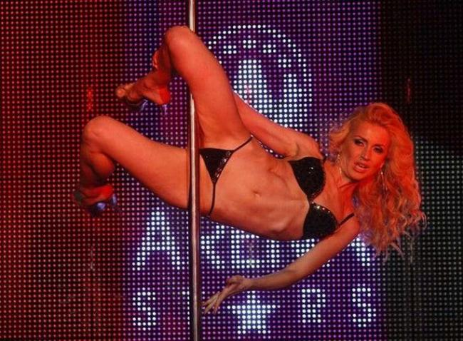 стриптизерша танцует на шесте в нижнем белье на каблуках