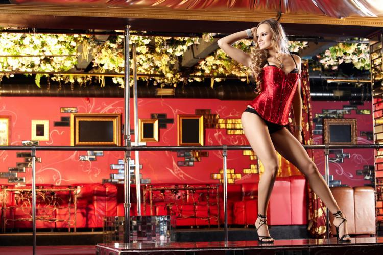 красивые стриптизерши в красном коротеньком пеньюаре на каблуках в черных трусиках