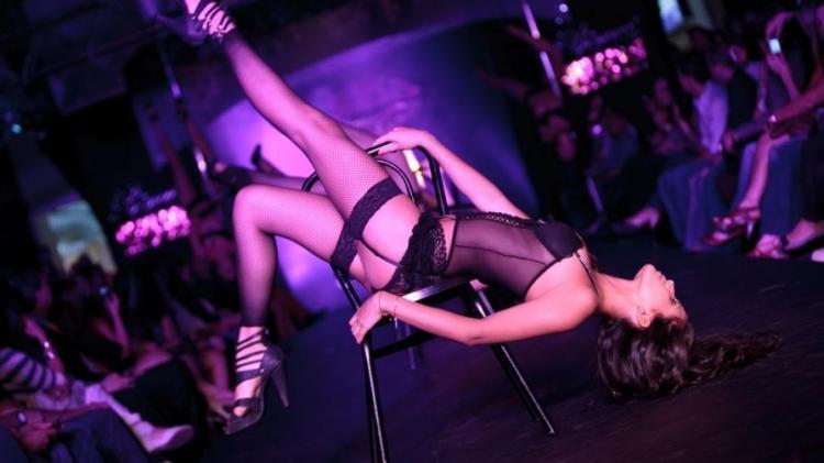 стриптизерша танцует