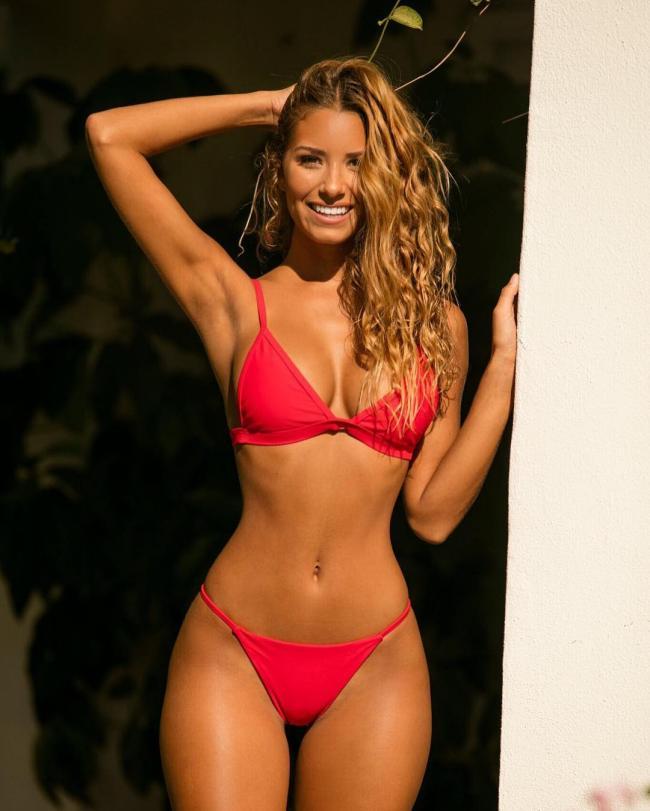 фото модель Сиерра Скай в красном купальнике