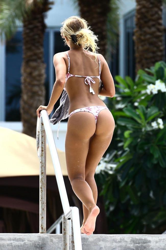 Сиерра Скай в бикини купальнике поднимается по лестнице вид сзади снизу