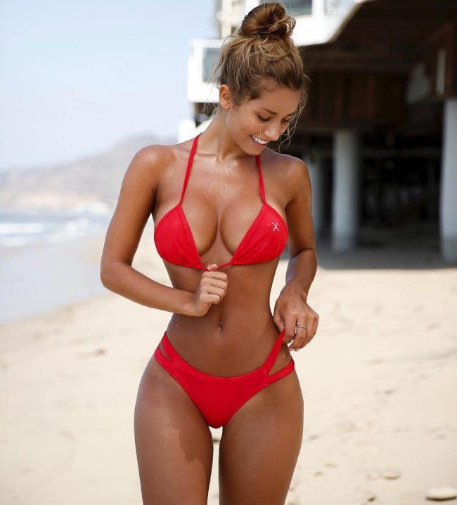 Сиерра Скай в бикини красного цвета на берегу моря
