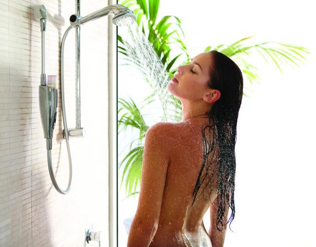 Голые девушки душ стоит подставив свое красивое тело под струю