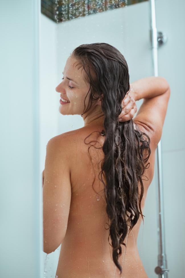 Голые девушки душ брюнетка с длинным волосом моется вид со спины