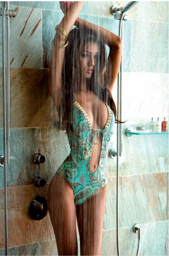 Красивая девушка душ купальнике стоит молоденькая подняла руки вверх