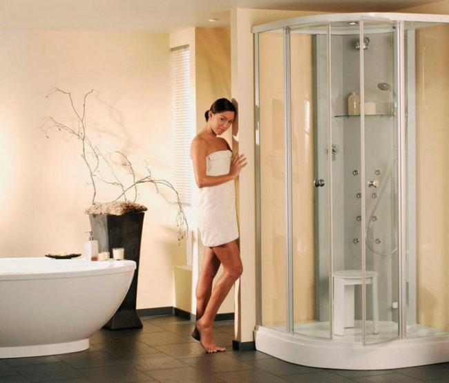 Душ девушка фото стоит возле душевой кабинки обмотана полотенцем