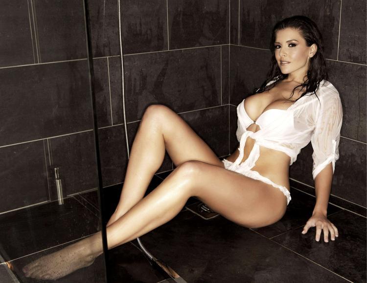 Красивая девушка душ сидит на полу в кабинке в белой коротуой рубашке, ножки красивые