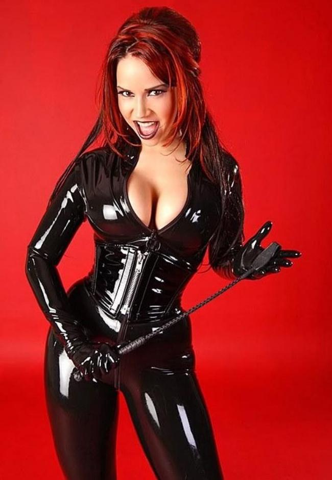 Бдсм хозяйка яркая девушка в латексном костюме бдсам черного цвета с хлыстом в руках