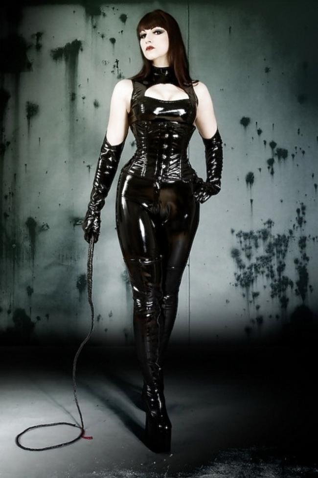 фото девушек в бдсм костюме из латекса черного цвета с хлыстом в туфлях на платформе доминирует