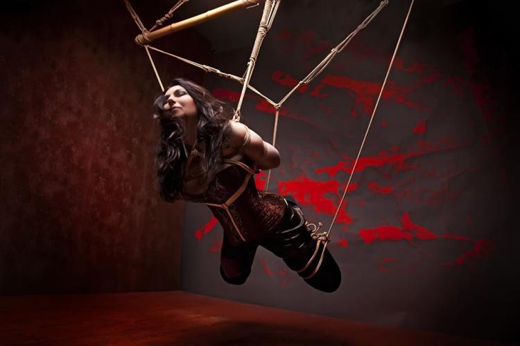 бдсм девушка связана и подвешена на веревках