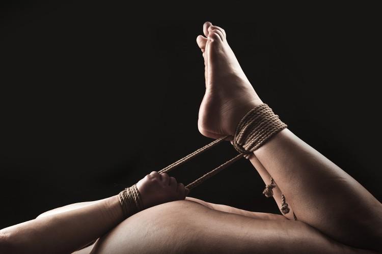 голая жопа со связанными руками и ногами